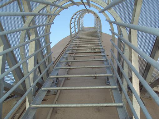 Escalera sin fin foto de escalera vertical tomada desde - Normativa barandillas exteriores ...