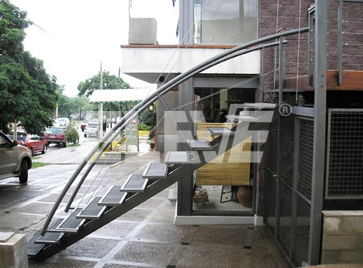 Escaleras met licas levadizas compensadas por contrapesos for Escalera metalica para exteriores