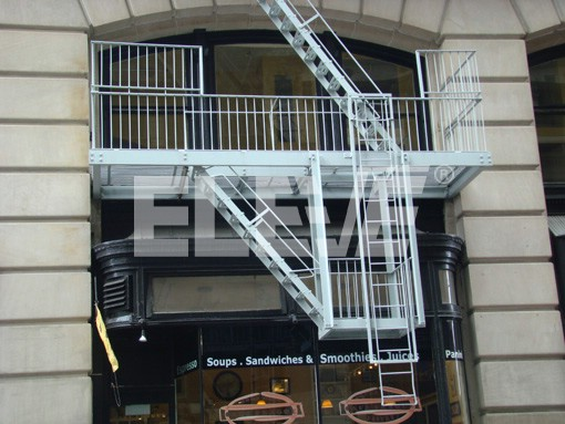 Escalera telesc pica retr ctil escalera llega a plataforma for Gradas exteriores