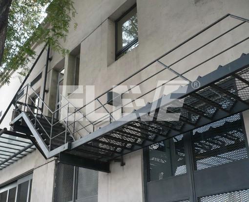 Escaleras levadizas met licas articuladas al extremo superior for Escaleras de exterior metalicas