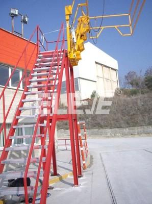 Foto de escalera met lica para acceso a cami n tanque - Escaleras para almacen ...
