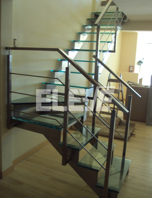 Vista lateral de escalera de dos tramos en forma de l for Escaleras de madera de dos tramos