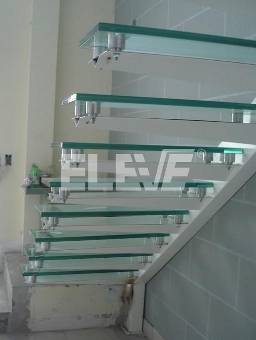 vista lateral e inferior de escalera en l estructura compuesta en acero