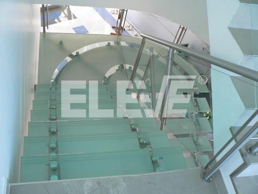 Foto de escalera en forma de u hierro dise o en vidrio for Escaleras en forma de u