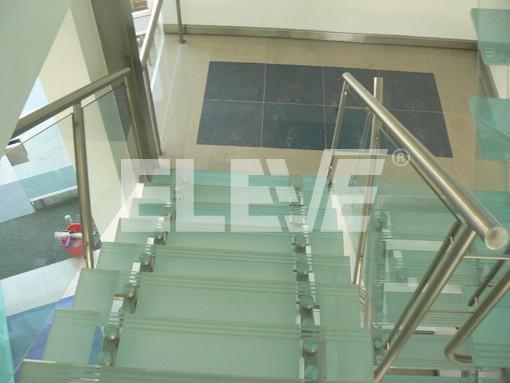 Escalera en u barandilla de vidrio pasos escalerau for Escalera de metal con descanso