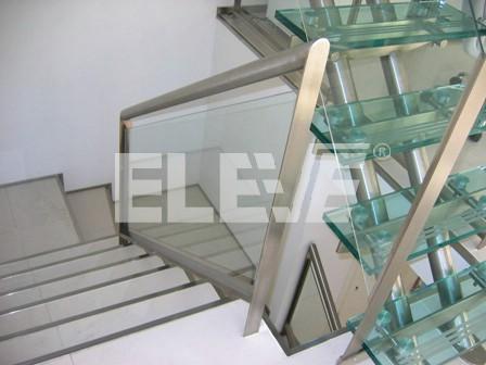 Baranda de escalera con parantes de acero inoxidable y - Escaleras de acero y cristal ...