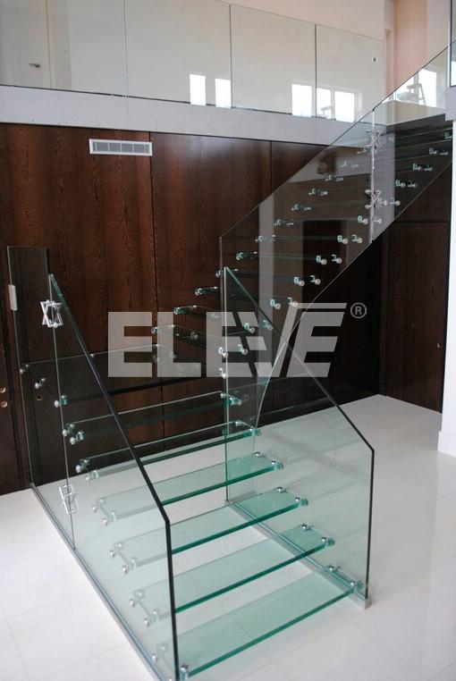 vista frontal de escalera especial en l baranda de vidrio