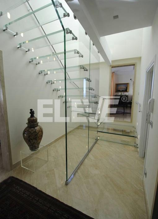 Dise o de escalera en vidrio estructural accesorio de acero - Cerramientos de escaleras ...