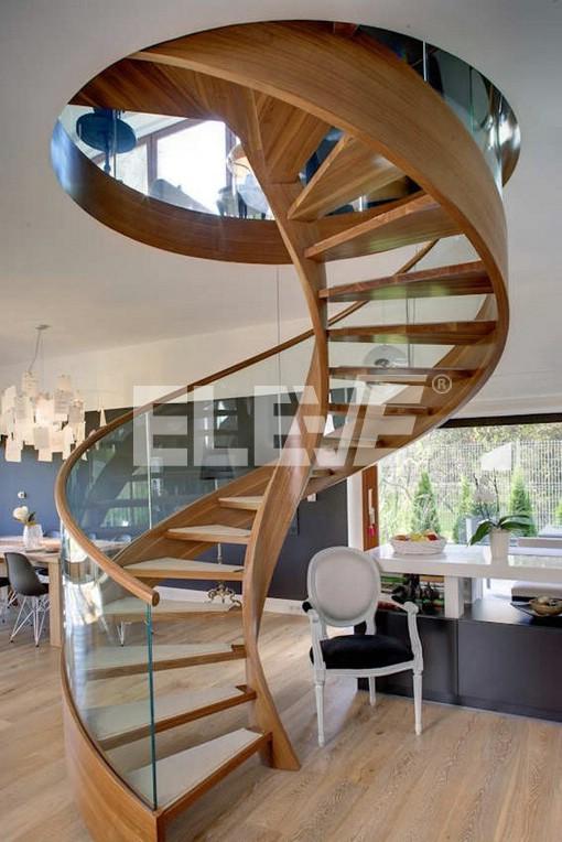escalera caracol sin columna central revestida en madera baranda de vidrio curvo