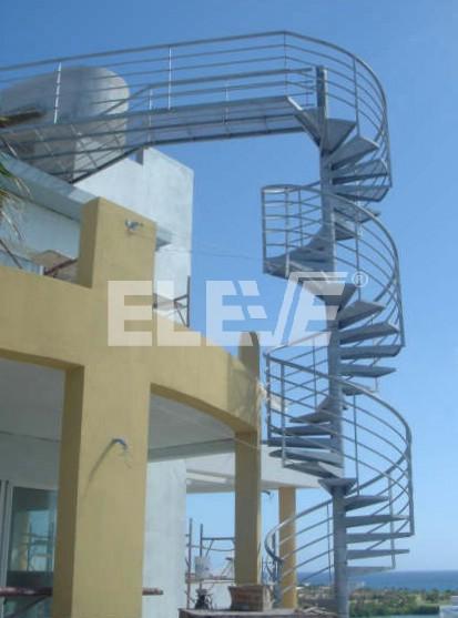 Escalera caracol externa de doble altura protegida por - Escalera caracol exterior ...