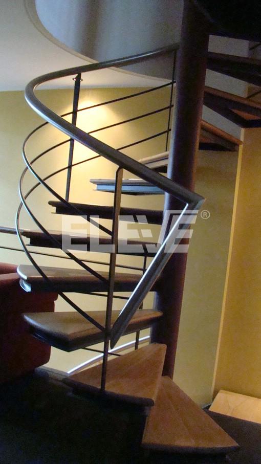Escalera caracol de hierro con pasamano de baranda en for Como hacer una escalera caracol metalica