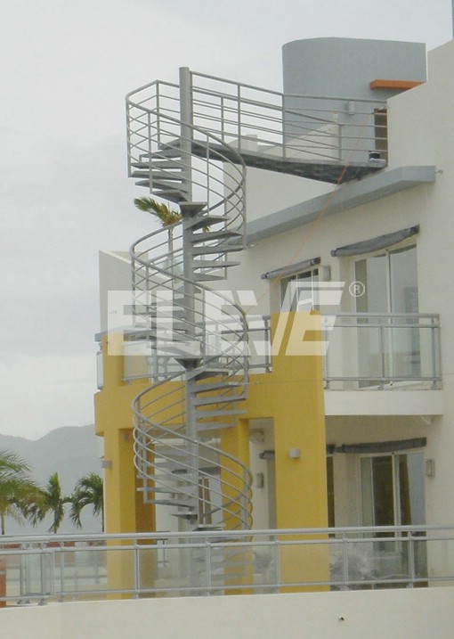 Escalera caracol exterior en hierro galvanizado for Escaleras exteriores para casas de dos pisos