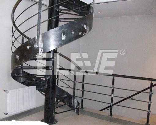 escalera caracol de hierro con columna central y banda helicoidal ue