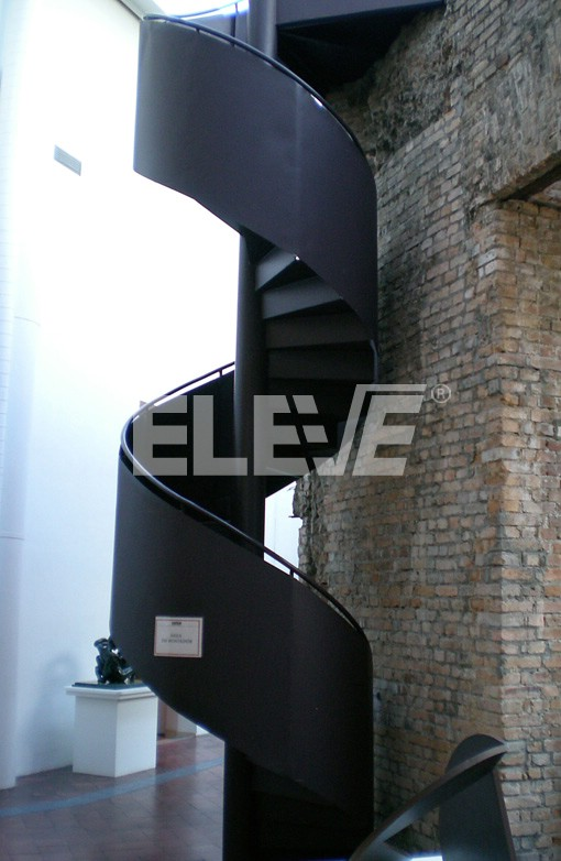 Elegante Escalera Caracol Exterior Con Cinta Helicoidal
