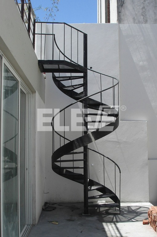 Escalera caracol con cinta helicoidal al exterior en terraza for Escaleras de metal exteriores