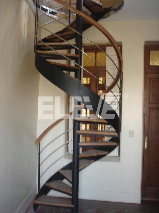 Caracol con cinta helicoidal con baranda de hierro y - Escalera caracol de madera ...