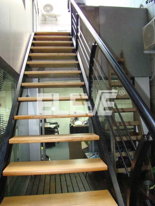 Escalera minimalista escalera para ambientes modernos y for Escaleras para exteriores de madera