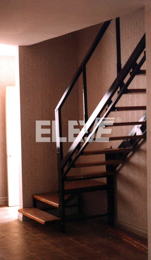 Escalera con plataforma inferior y alzada en el descanso for Escalera de metal con descanso