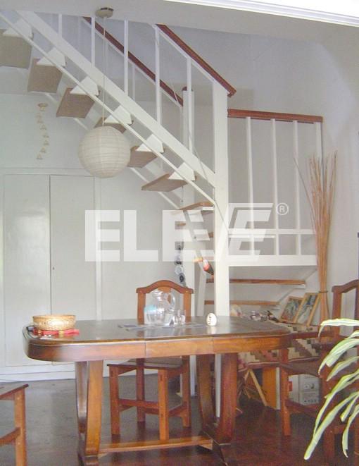 Escalera dise o simple y minimalista con barrotes verticales for Escaleras verticales