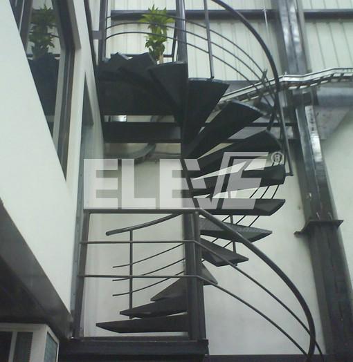 Escalera caracol exterior con estructura met lica y for Como construir una escalera metalica