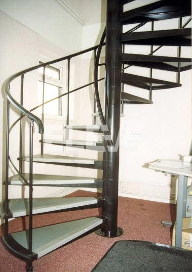 Pelda os de metal con revestimiento embellecedor y for Como hacer una escalera caracol metalica