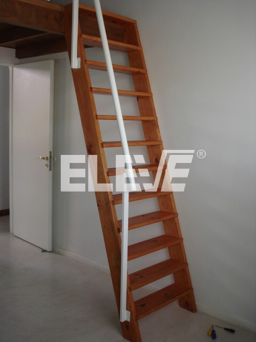 escalera marinera en madera y baranda de hierro