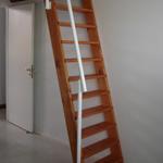 escalera marinera en madera y baranda de hierro ue