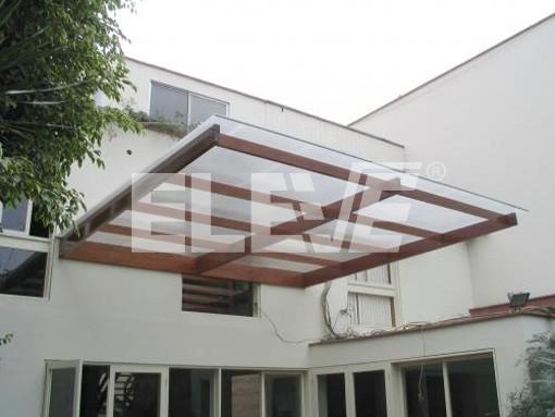 Alero marquesina en voladizo madera y vidrio vivienda for Marquesinas para puertas de entrada
