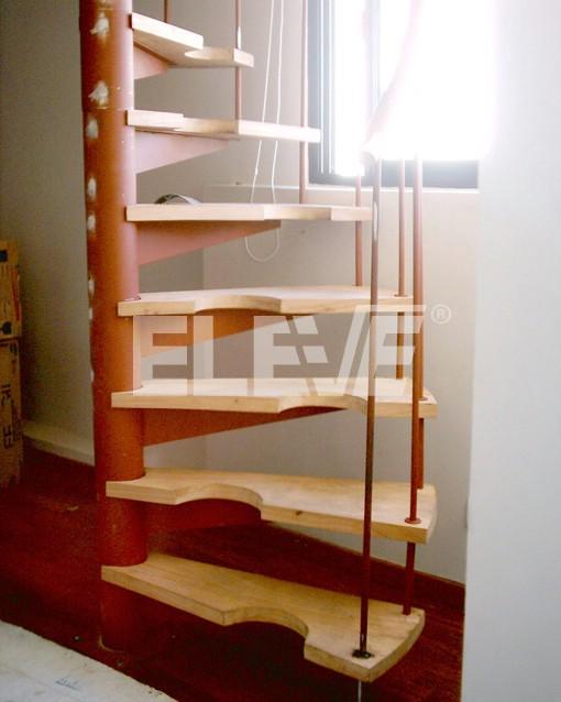 Inicio de Escalera Medio Caracol con Peldaños de Madera y Baranda de ...