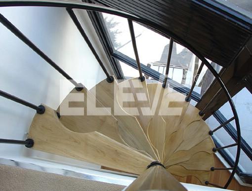 Escalera de hierro y madera para resolver en espacios reducidos - Escaleras de interior para espacios reducidos ...