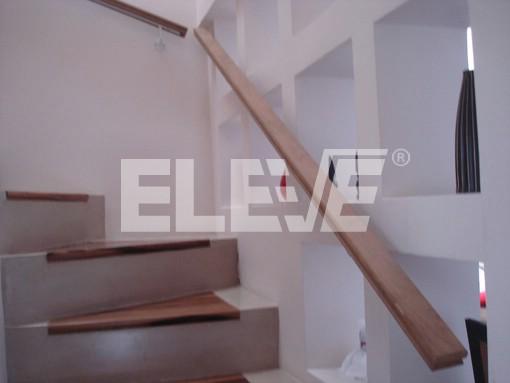 escaleras con pasamanos