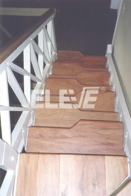 Escalera de pasos alternados en un tramo recto con baranda for Plano escalera madera