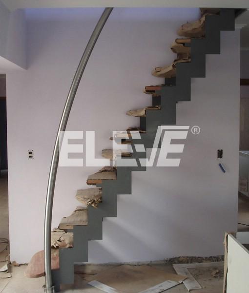 Escalera con pasamano curvo de dise o minimalista y funcional for Diseno de escaleras interiores minimalistas