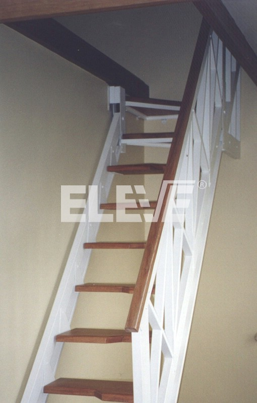 Escalera de pasos alternados con pelda os de madera for Plano escalera madera