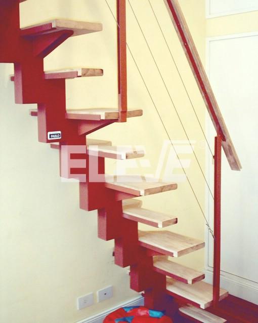Escalera con baranda combinada vertical de hierro pasamano de madera y tensores horizontales Escalera hierro y madera