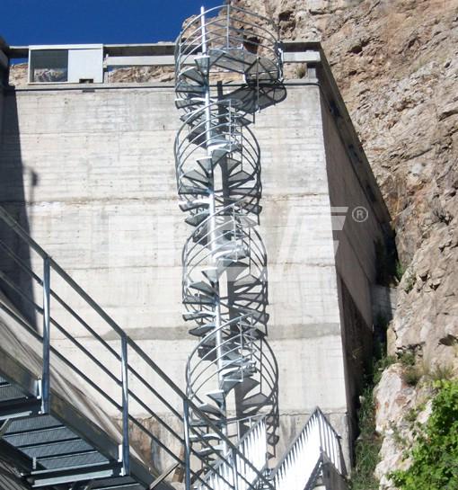 Pasarela y escaleras de servicio instaladas en aisol en for Escalera caracol 2 pisos