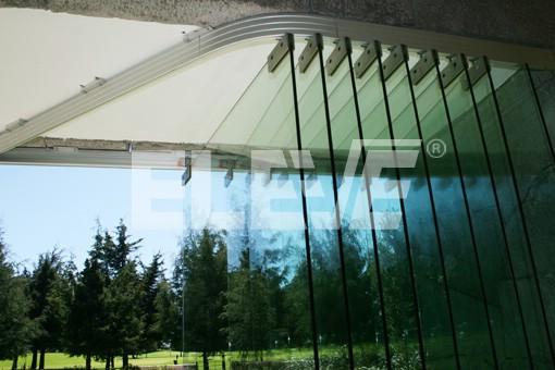 Puertas corredizas de vidrio apiladas en lateral for Puertas de vidrio corredizas para exteriores