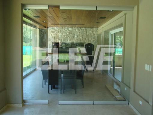 Quincho de puertas corredizas con hojas de vidrio templado for Imagenes de puertas de cristal
