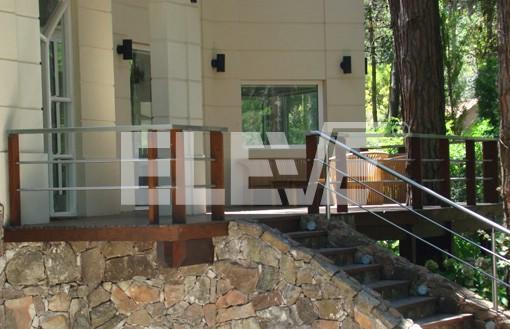 Barandas en deck terraza y escalera con parantes de madera for Barandas de terrazas modernas