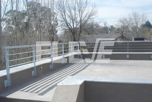 Baranda de hierro con parantes de doble planchuela for Barandas de terrazas modernas