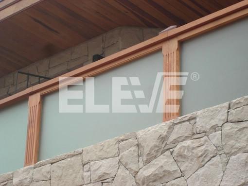 Baranda combinada con madera y columnas trabajadas tramos for Balcones madera exterior