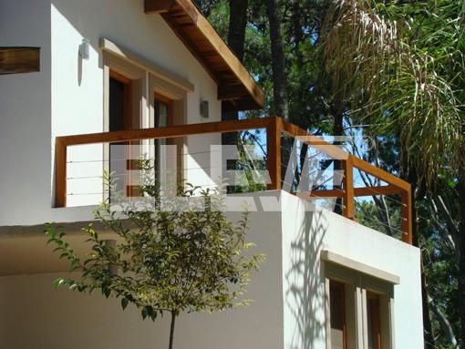 Baranda de madera con cables y tensores de acero inoxidable - Barandilla de madera exterior ...