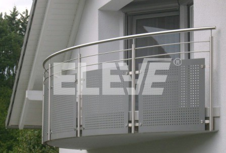 Baranda en acero inoxidable con macizos y pasamanos curvos for Balcones minimalistas fotos