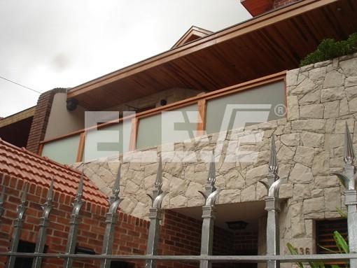 Baranda de madera con vidrio esmerilado - Barandas de terrazas ...