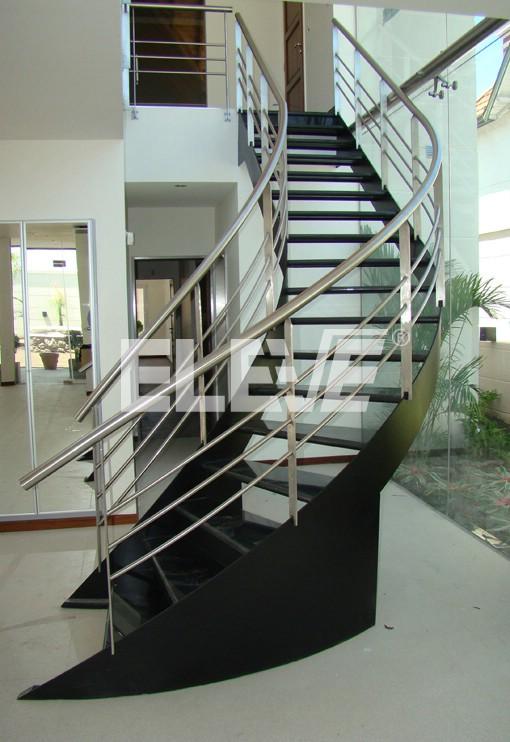 Escalera curva con pelda os de granito negro y pasamano de for Fotos de colores de granito natural