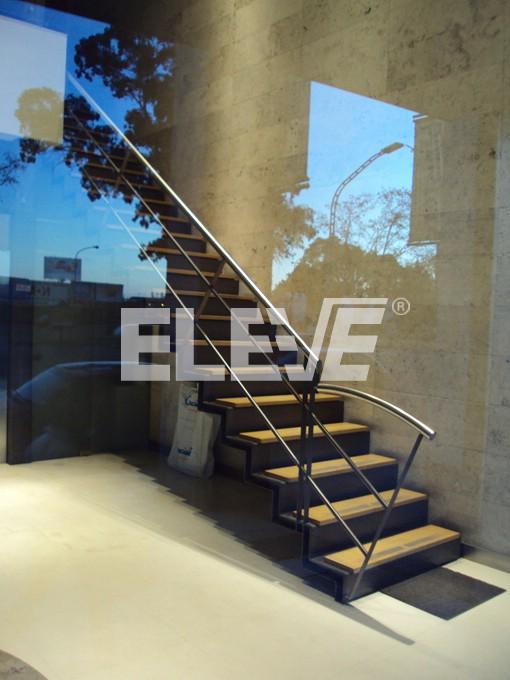 escalera con delgada estructura metlica revestida con peldaos de madera de haya ue
