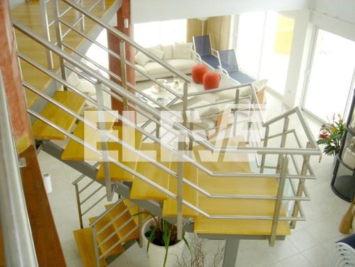 Escalera y puente entrepiso integrados estructura de for Escalera de madera para entrepiso