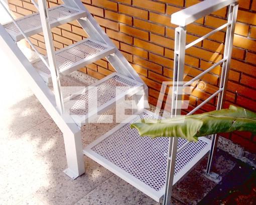 Escalera exterior met lica con jambas en perfiles upn de for Escaleras de metal para exteriores