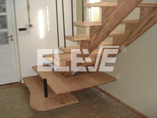 Escalera con estructura y pelda os en madera de angel n baranda de hierro - Escaleras con peldanos de madera ...