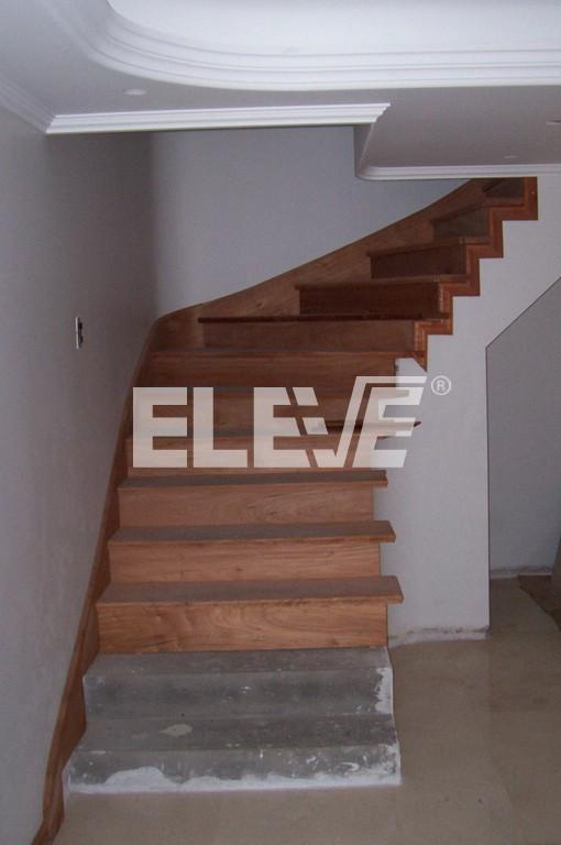 Revestimientos de escaleras con z calos rampantes de madera maciza - Revestimiento para escaleras ...